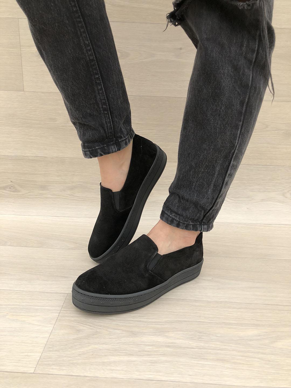 all black vans on feet